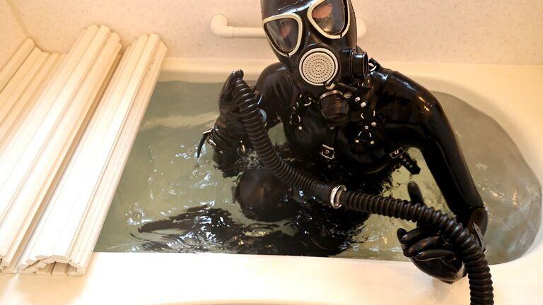 お風呂でラバー水責め調教②