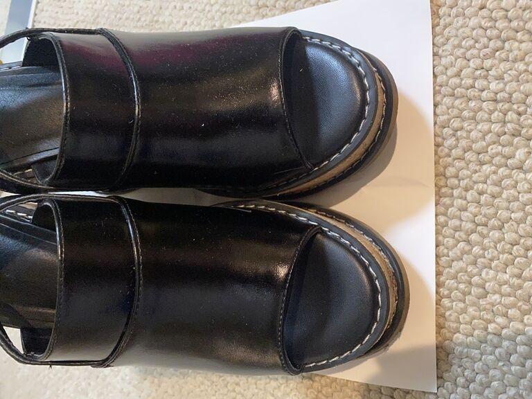 靴(黒のレザーサンダル)