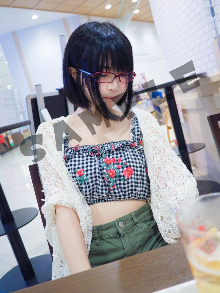 赤眼鏡をかけたショートパンツの女の子 夏休みになに見せちゃう?